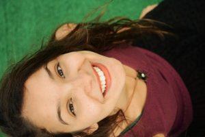 zena s usmevom